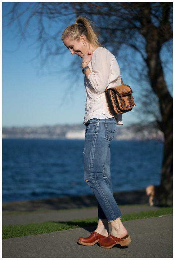 Τα fashion trends στα γυναίκεια ρούχα_Καφέ γυναικεία clogs με jean παντελόνι και πλεκτή μπλούζα