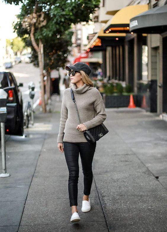 Μόδα 2021_Μαύρο γυναικείο καπέλο του baseball με γκρι πλεκτή μπλούζα και μαύρο κολάν