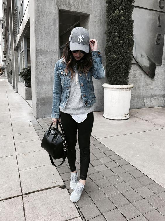 Μόδα 2021_Γκρι γυναικείο καπέλο του baseball με μαύρο κολάν και jean ζακέτα