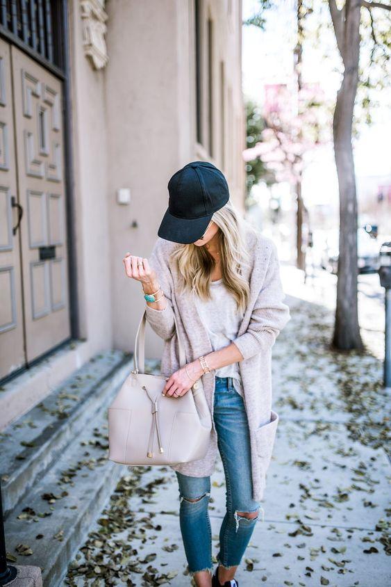 Τα fashion trends στα γυναίκεια ρούχα _Μαύρο γυναικείο καπέλο του baseball με άσπρη μπλούζα, γκρι ζακέτα και jean παντελόνια