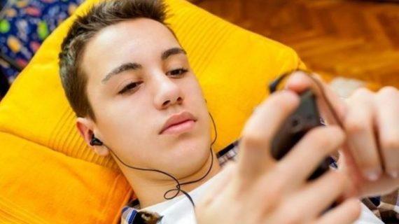 Το έφηβο παιδί μου παίζει συνεχώς με το κινητό, έχει ανεξέλεγκτες παρέες και θέλει μηχανάκι – Ψυχολόγος απαντά