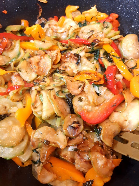 Frittata με κολοκυθάκια, φέτα και πιπεριές_Στο τηγάνι_