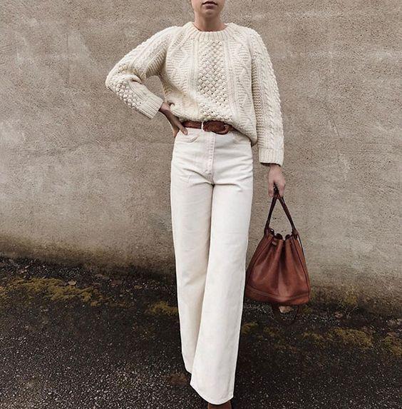creamy white πουλόβερ _με λευκό παντελόνι_ καφέ ζώνη και καφέ τσάντα_