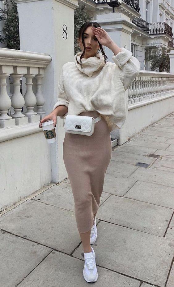 Creamy white_ πουλόβερ_ με μπεζ maxi φούστα_λευκό τσαντάκι_ και λευκά sneakers_