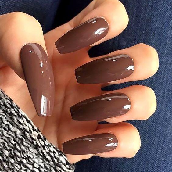 Καφέ σκούρα νύχια_ σε μεγάλα νύχια_