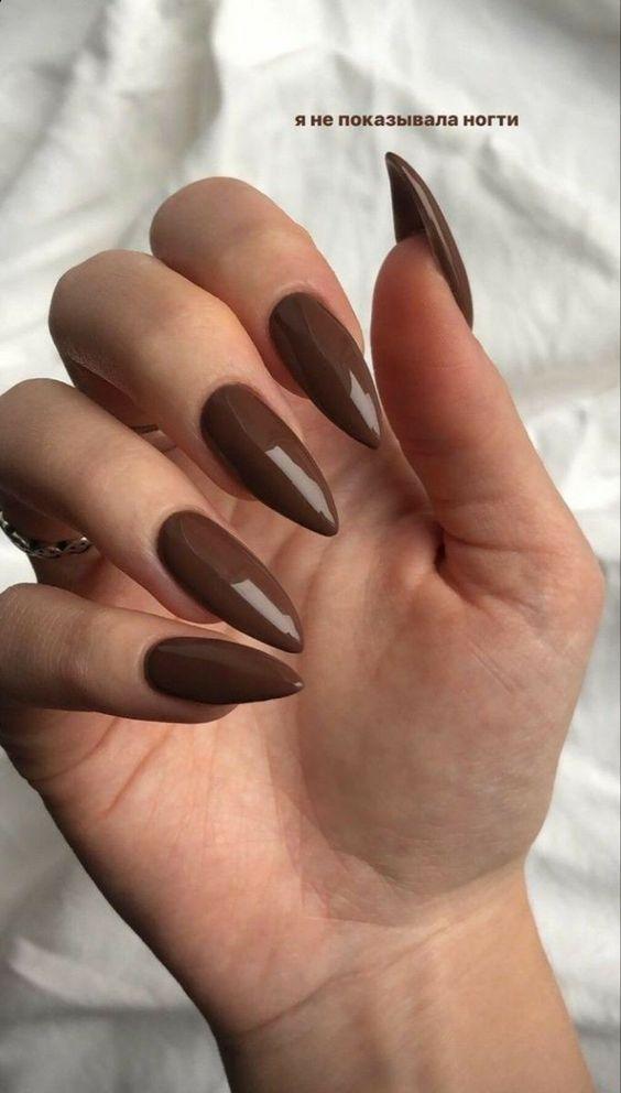 καφέ σκούρο χρώμα _στα νύχια_