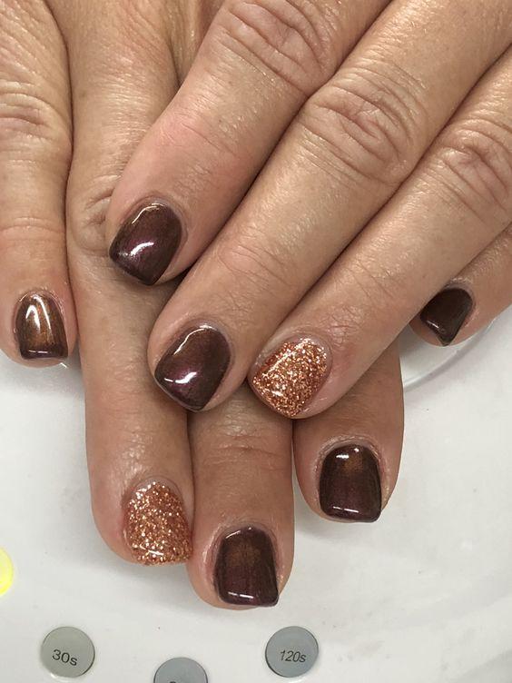 Καφέ χρώμα με στρας_ σε μικρά νύχια _