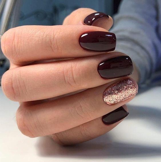 Σκούρο καφέ χρώμα_ με γκλίτερ_ στα νύχια_