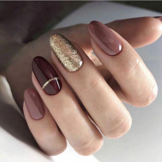 Καφέ σκούρα νύχια_ με χρυσό γκλίτερ_