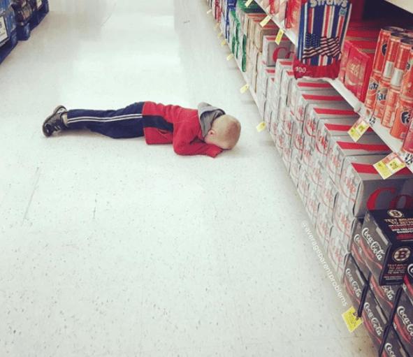Παιδιά στο supermarket_παιδί κοιμάται_ στο πάτωμα_ του supermarket_