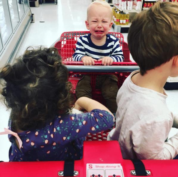 παιδί κλαίει_ στο καροτσι_ του supermarket_