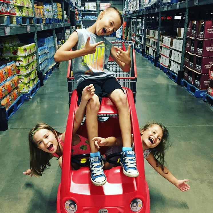 παιδιά_ παίζουν _στο supermarket _