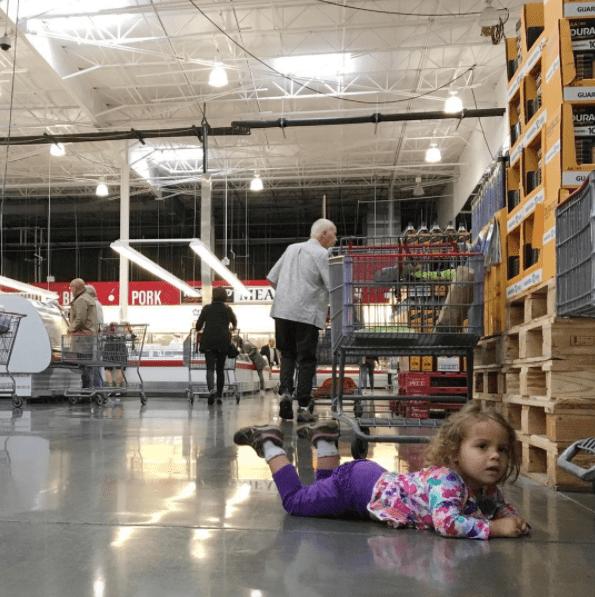 παιδί ξαπλώνει_ στο πατωμα_του supermarket _