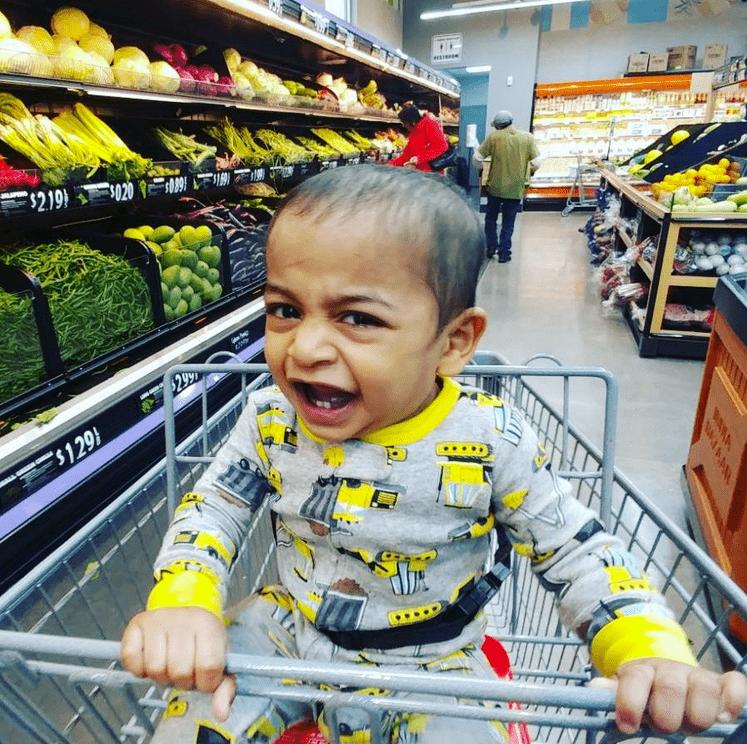 παιδί _γκρινιάζει _στο supermarket_