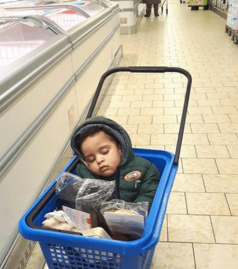 παιδί_ κοιμάται στο καλάθι_ του supermarket_