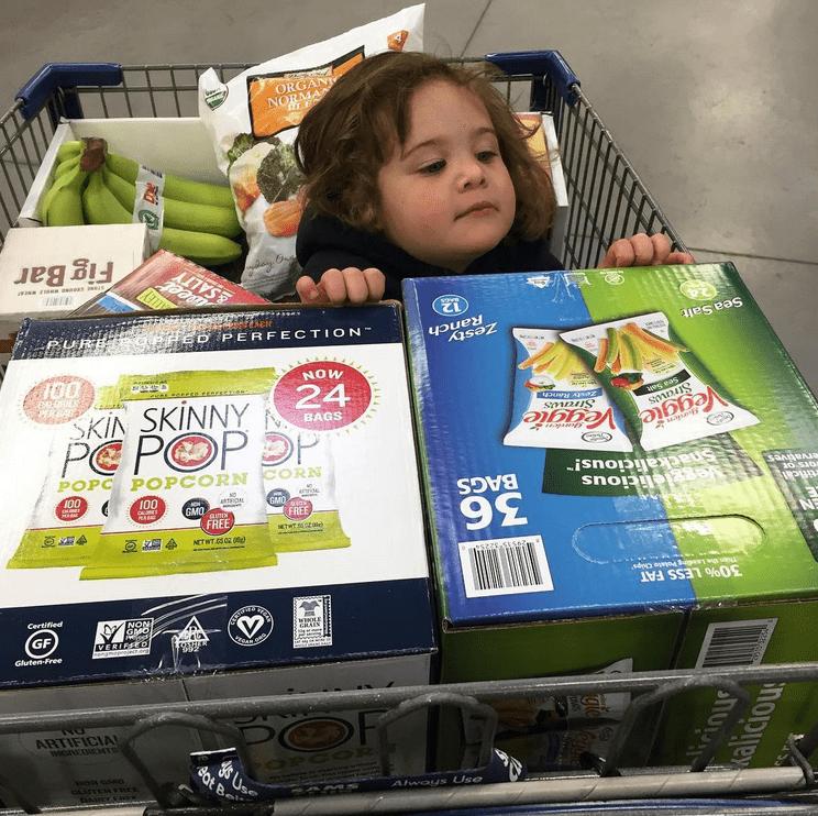παιδί _στο καρότσι_ του supermarket_