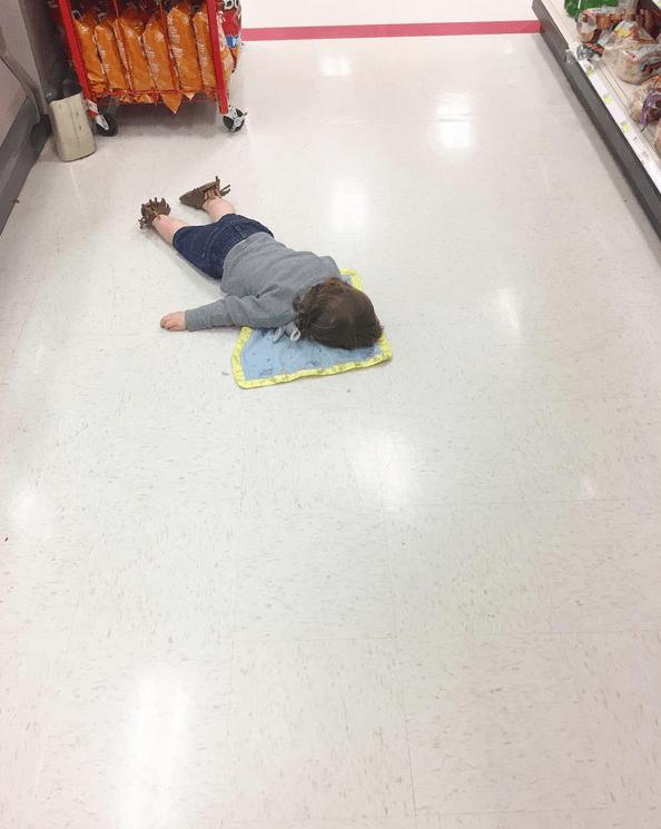 παιδί _κοιμάται_ στο πάτωμα_
