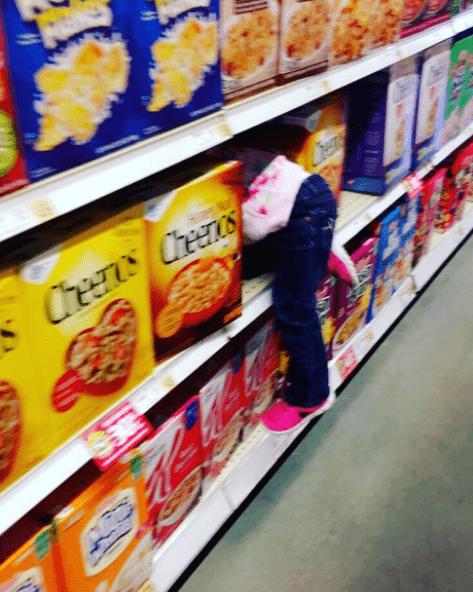 παιδί _στο supermarket_Στο ράφι_