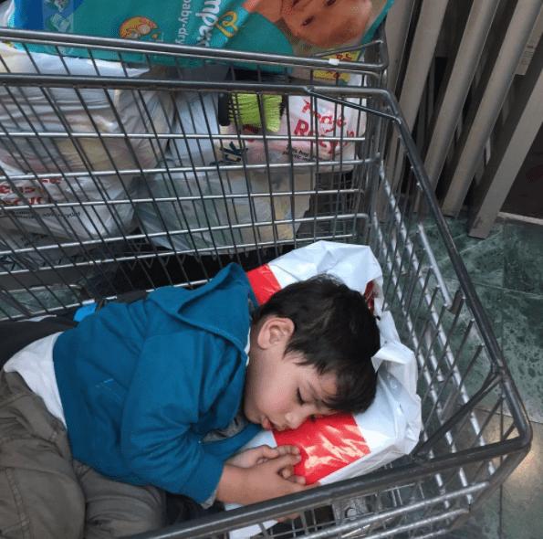 παιδί στο supermarket _Κοιμαται σε καρότσι_