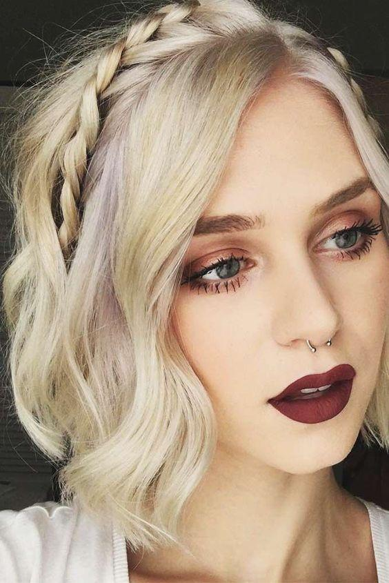 Festive γυναικείο χτένισμα σε καρέ μαλλιά με πλεξούδες
