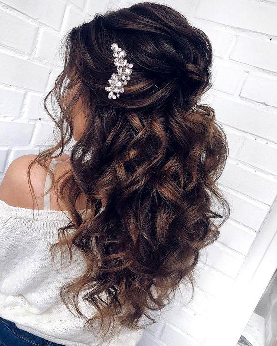 festive γυναικείο χτένισμα με μπούκλες μαλλιά