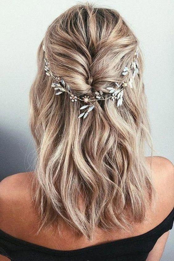 festive γυναικείο χτένισμα σε σπαστά μαλλιά με λουλούδια
