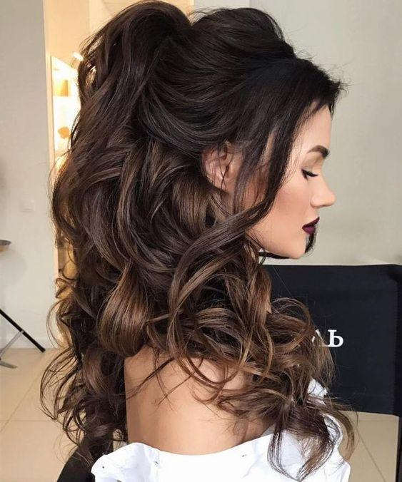 Ιδέες για festive χτενίσματα_Festive γυναικείο χτένισμα σε καστανά μακριά μαλλιά