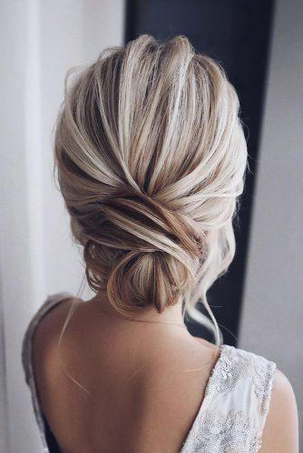festive γυναικείο χτένισμα με κότσο σε ξανθά μαλλιά