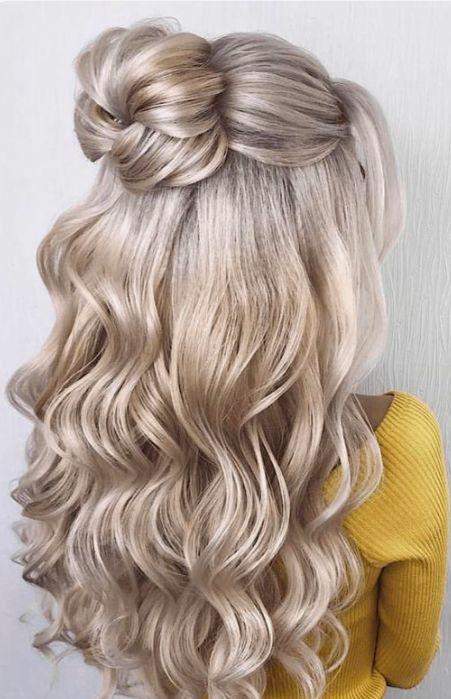 festive γυναικείο χτένισμα με μπούκλες και κότσο σε ξανθά μαλλιά