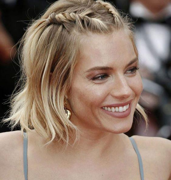 Festive γυναικείο χτένισμα σε καρέ μαλλιά