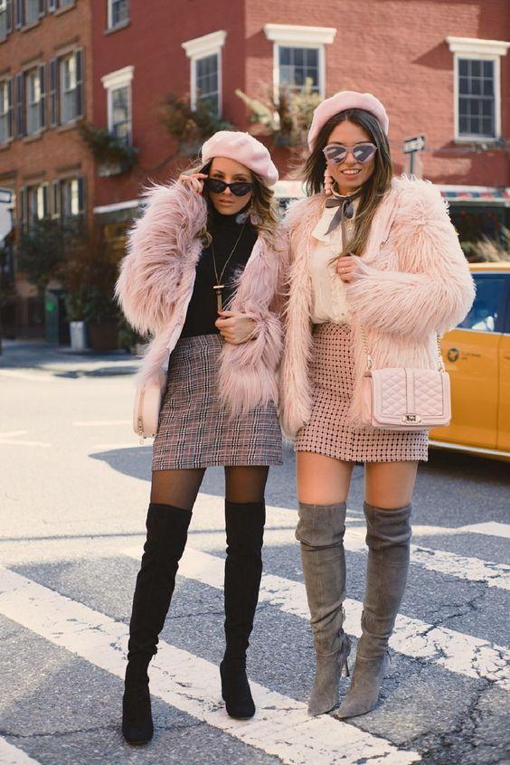 Ιδέες_ με faux fur_ ροζ πανωφόρια_ συνδυασμένα_ με μίνι φούστες _και over the knee_ μπότες_