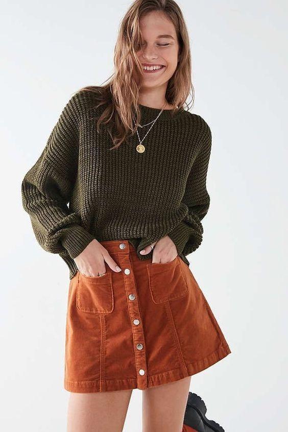 καφέ_κοτλέ_μίνι φούστα_με πράσινο_πουλόβερ_