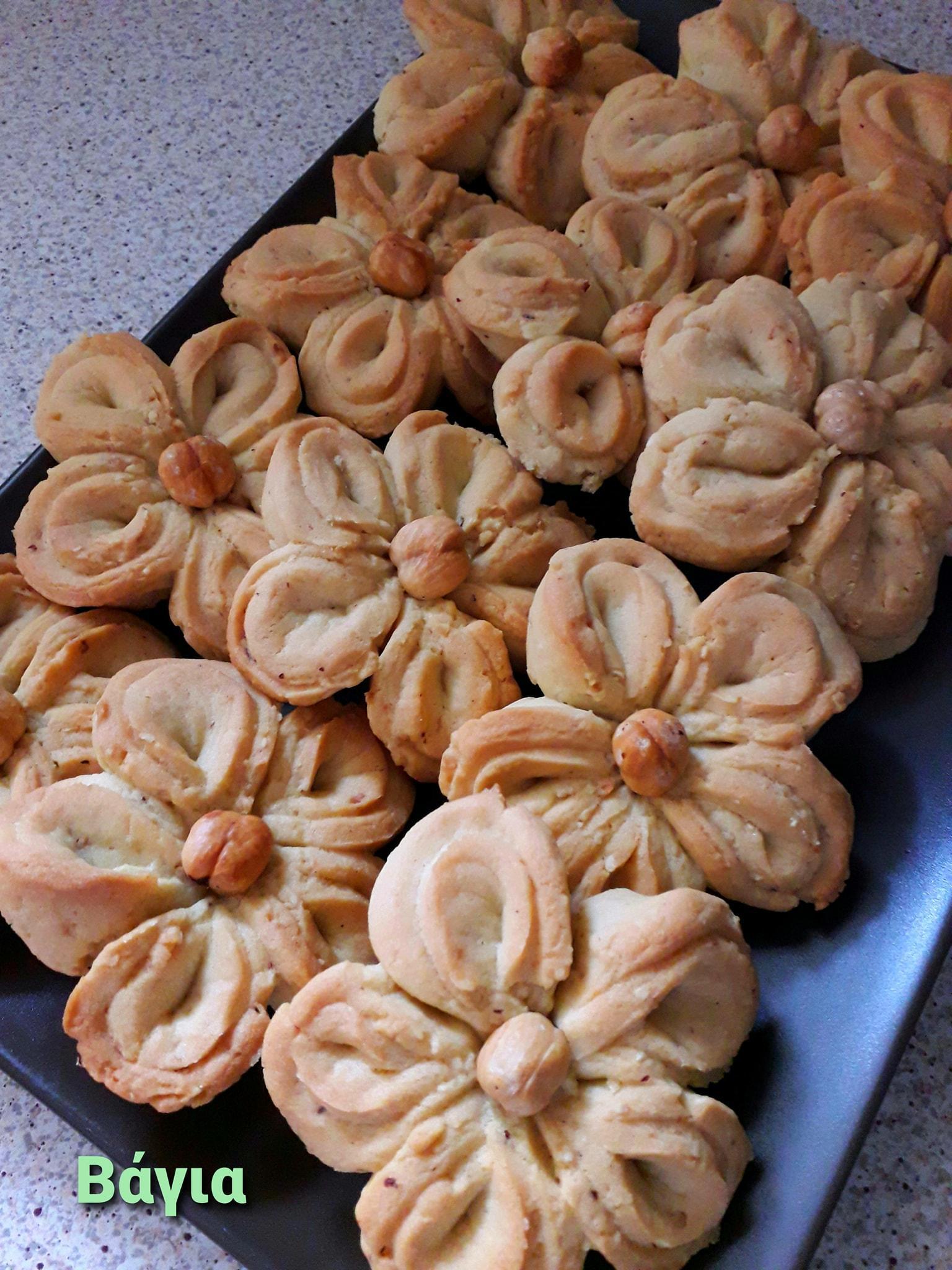 Μπισκότα_ σε σχήμα λουλούδι_ με φουντούκια_