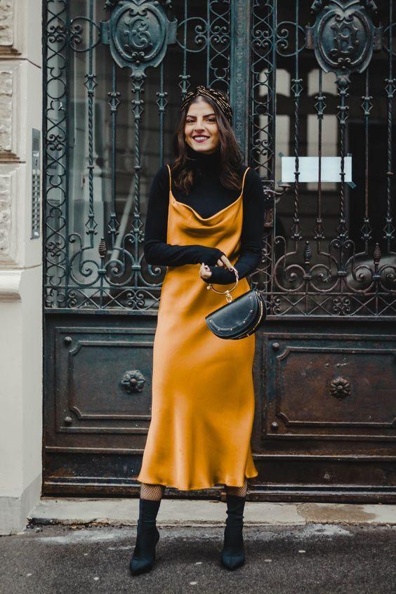 sweater_vest__με_κίτρινο_satin_φόρεμα_και_μαύρο_ζιβάγκο_