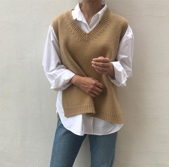 Μάλλινο γιλέκο_με_λευκό πουκάμισο_μπεζ πουλόβερ_και_jean παντελόνι_