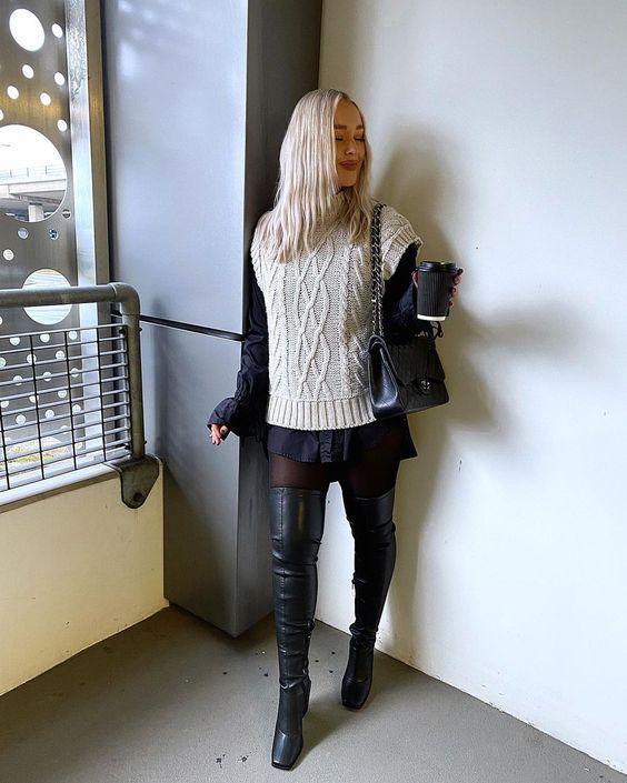 sweater vest_με_μαύρο πουκάμισο_μπεζ_μάλλινο γιλέκο_και_μαύρο καλσόν_