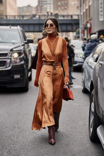 sweater vest_με_καφέ_satin φόρεμα_καφέ ζιβάγκο_
