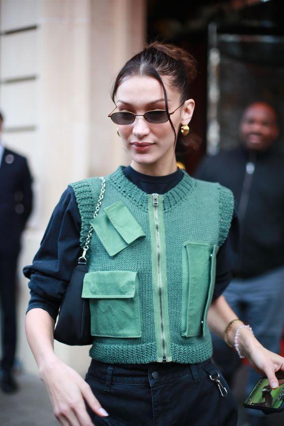 sweater_vest_outfit_με_μπλε μπλούζα_και_πράσινο _μάλλινο_γιλεκο_