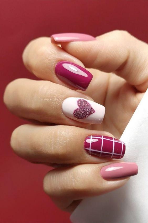 Νύχια Φεβρουαρίου_ Φούξια_και_ροζ_νύχια_με γκλίτερ_σχέδια_και_σχέδιο_καρδούλα_