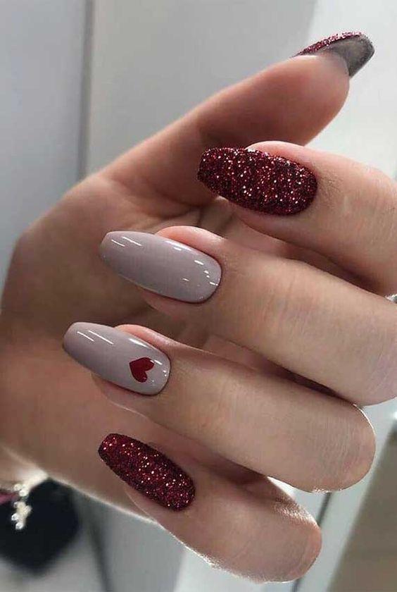 Μπεζ_και_κόκκινο_χρώμα για τα νύχια_με σχέδιο_καρδούλα_