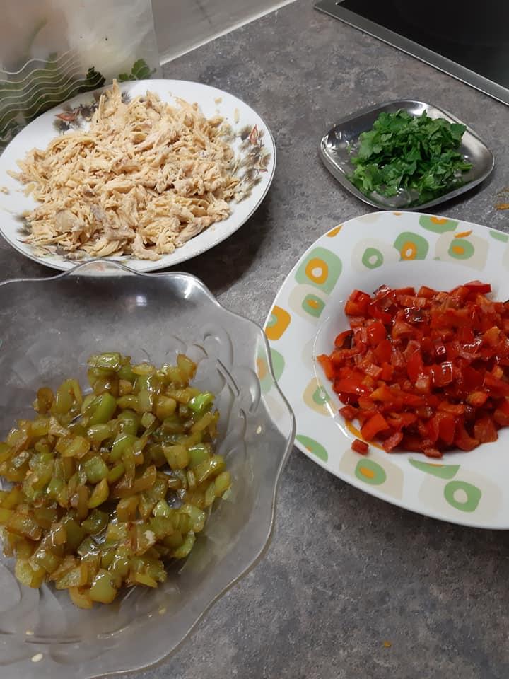 Ρολό ομελέτας με κοτόπουλο , πιπεριές και καρότο