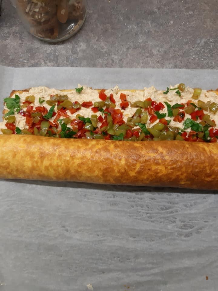 Ρολό ομελέτας με κοτόπουλο_ πιπεριές και καρότο _Τύλιγμα_
