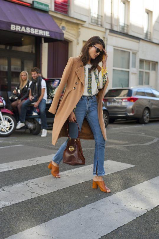 ιδέες_με_split hem jeans_με_μπεζ_καπαρντίνα_και_λευκό_πουκάμισο_