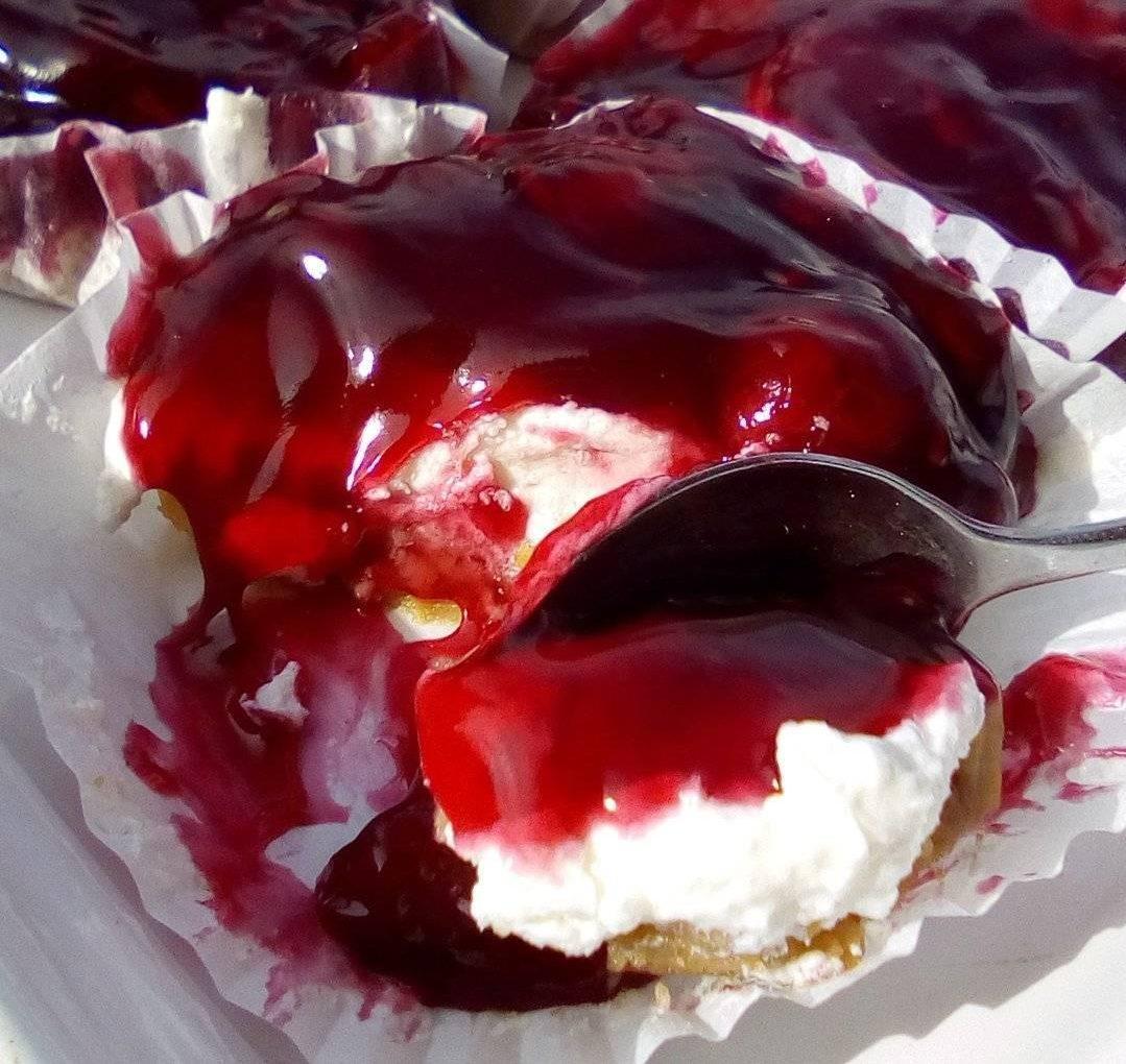 Ατομικά cheesecake με βύσσινο από την Τζένη Τσανακτσίδου
