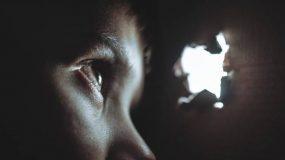 Σοκ : Είχαν τον 11χρονο γιο τους σε βαρέλι αλυσοδεμένο