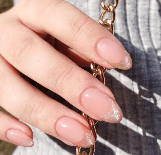 ιδέες_για_velvet nails_σε_παραλλαγή_γαλλικού μανικιούρ_σε_μπεζ_χρώμα_