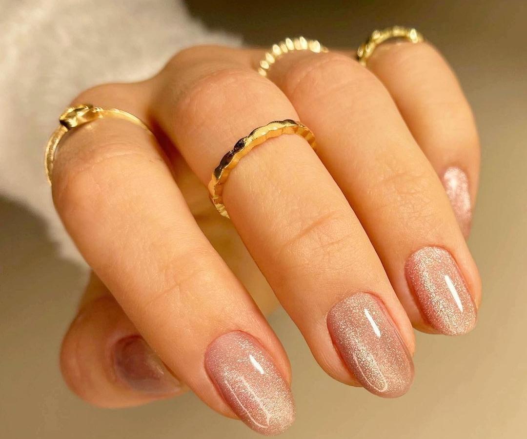 ιδέες_για_velvet_nails_σε_μπεζ_χρώμα_