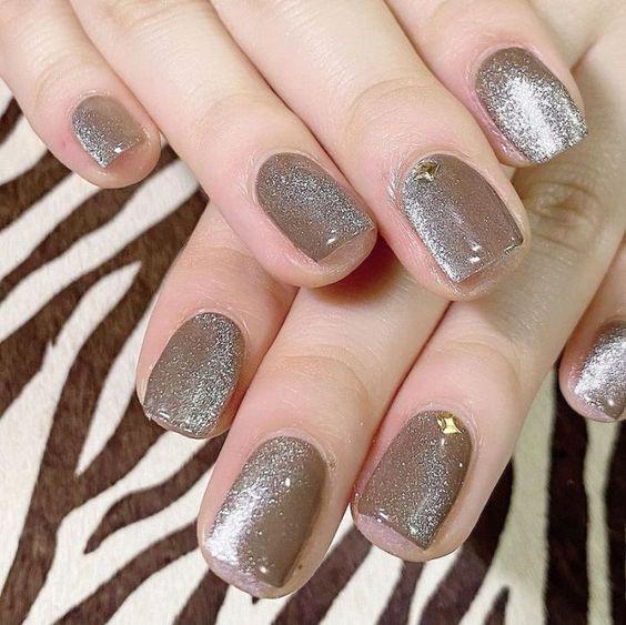 ιδέες_για_velvet_nails_σε_χακί_χρώμα_