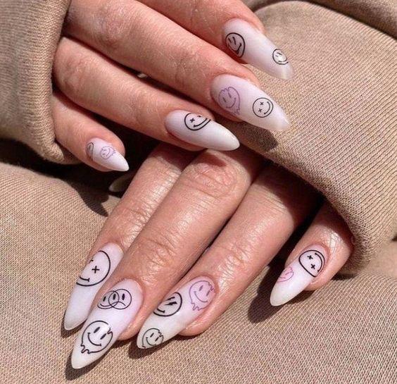 ιδέες_για_indie nails_σε γαλακτερό_χρώμα_με_φατσούλες_