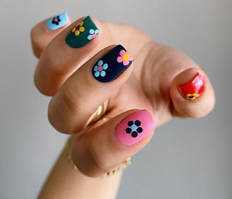 indie_nails_σε_γαλάζιο_πράσινο_μπλε_ροζ_και_κόκκινο_χρώμα_με_λουλούδια_